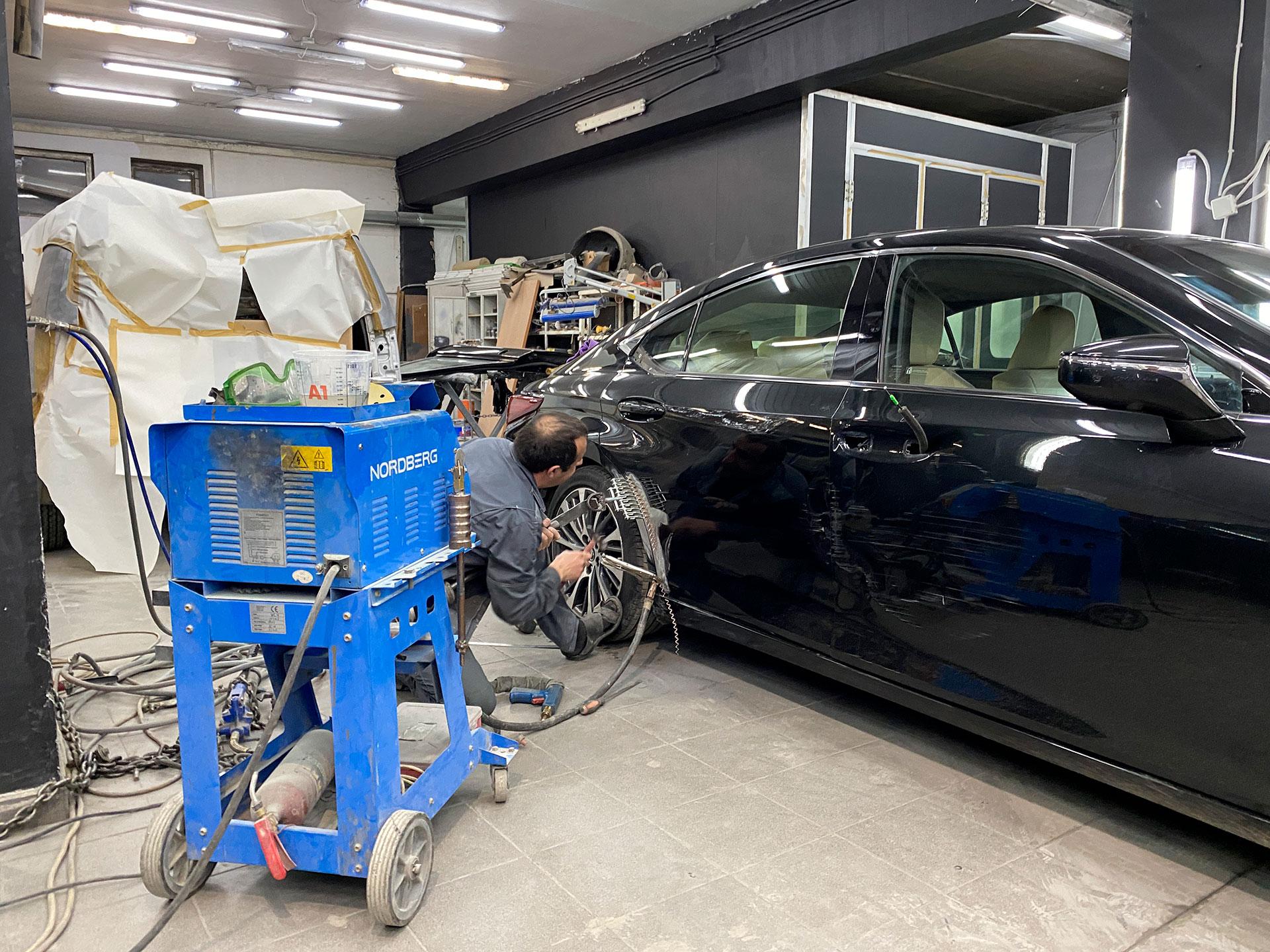 Процесс ремонта задней правой двери на Lexus