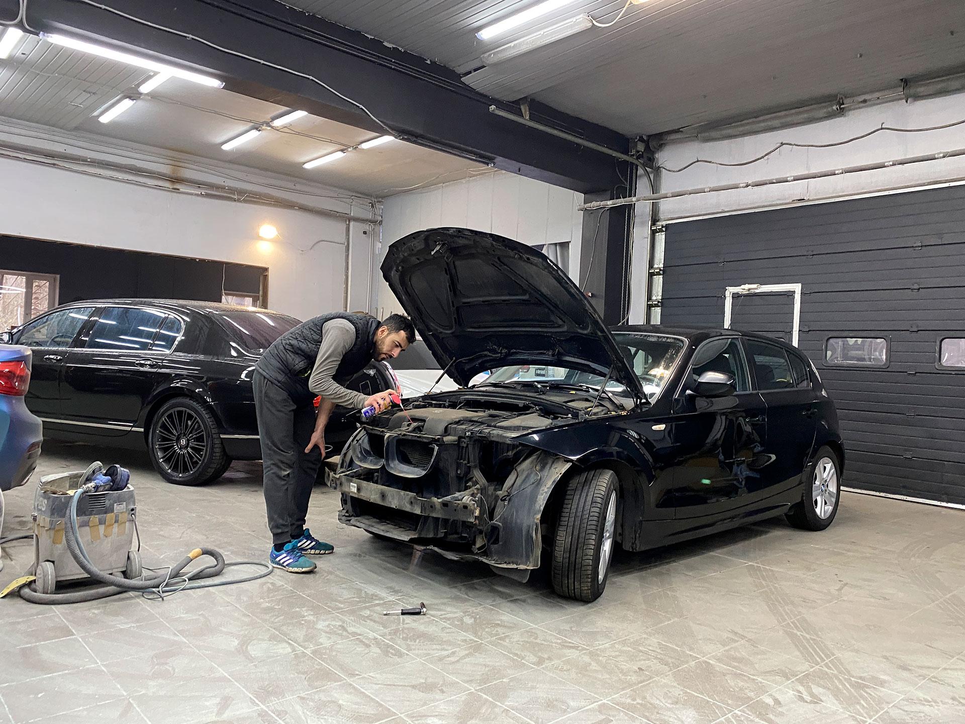 Смазываем замок капота перед сборкой BMW 1