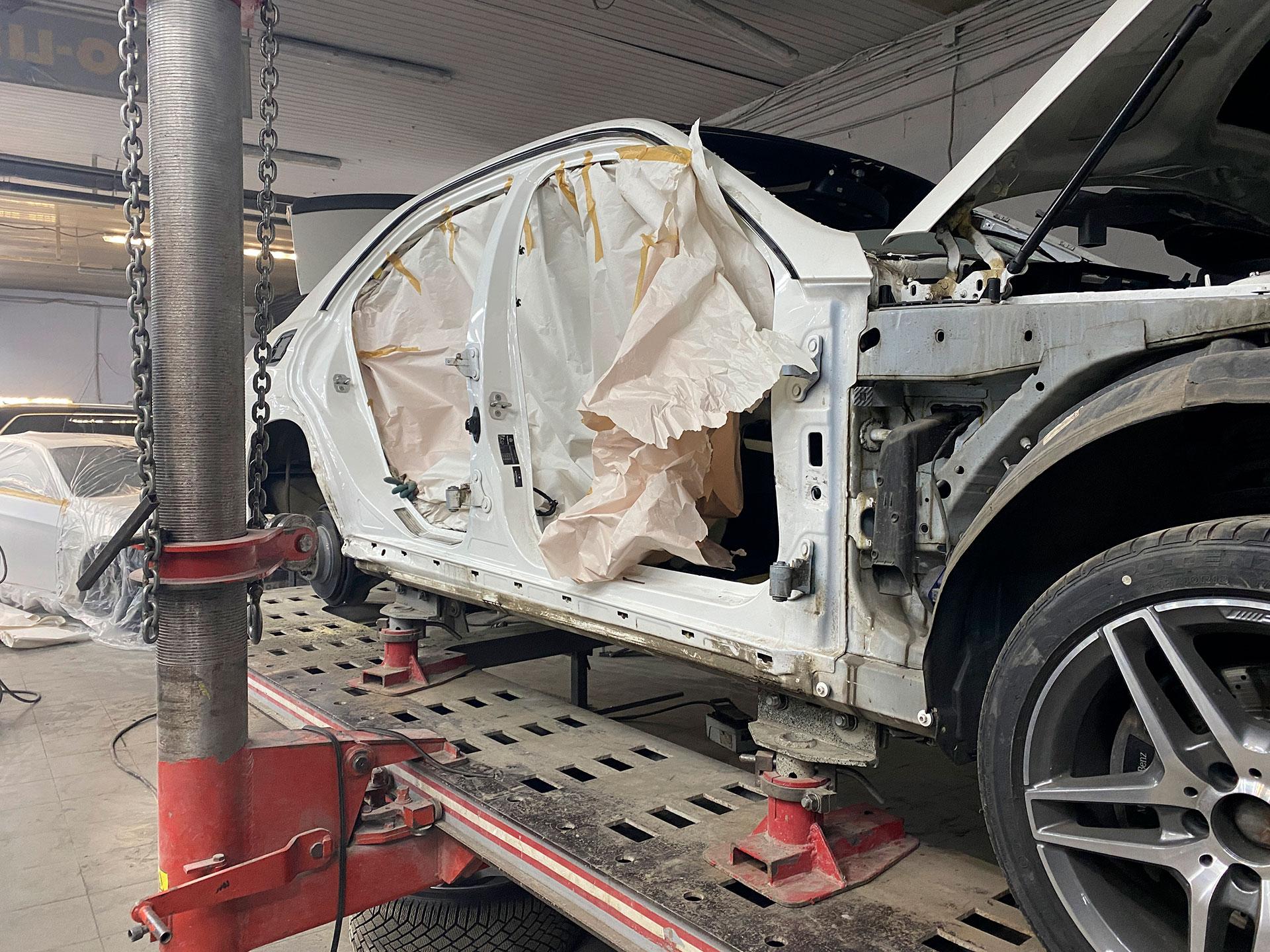Стапельные работы после сильного ДТП, вытягиваем стойку на Mercedes